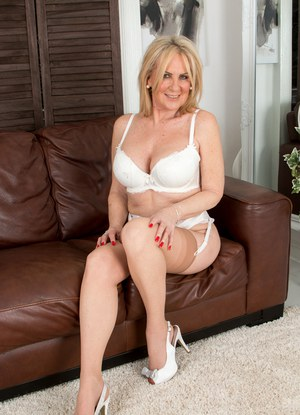 image Sexy mom fucking the neighbour in a motel room